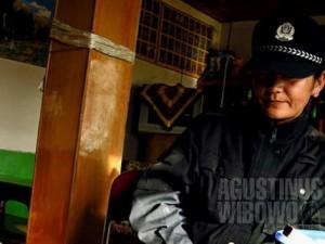 Ibu polisi yang selalu awas menghadapi para pendatang ilegal. Pos polisi tentunya bukan tempat favorit untuk dikunjungi selama berada di Tibet. (AGUSTINUS WIBOWO)
