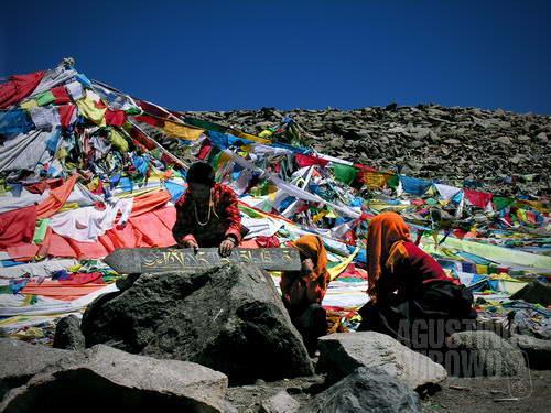 Biksuni meletakkan batu mani di puncak Drolma-La (AGUSTINUS WIBOWO)