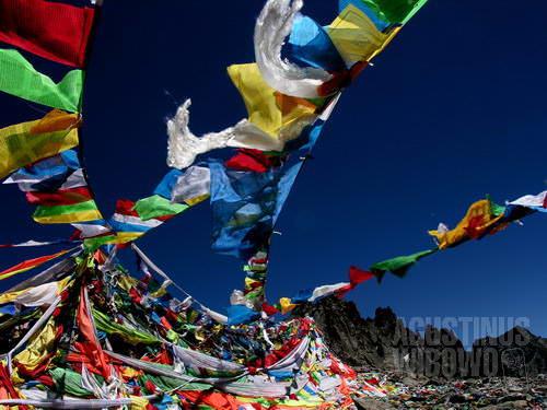 Bendera doa berkibar di puncak (AGUSTINUS WIBOWO)