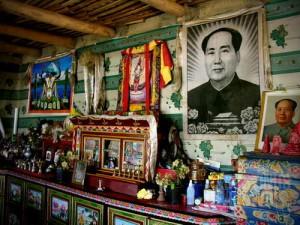 Mao Zedong dipuja bersama dewa-dewi Budha di altar sebuah rumah di pedalaman Tibet. (AGUSTINUS WIBOWO)
