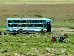 Bus mogok di tengah padang luas.(AGUSTINUS WIBOWO)