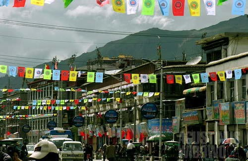 Panji-panji perayaan berdirinya Tibet Autonomous Region di bawah pemerintahan Republik Rakyat China menghiasi jalan utama Lhasa. (AGUSTINUS WIBOWO)