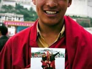 Biksu muda dari Qinghai di depan Istana Potala. (AGUSTINUS WIBOWO)
