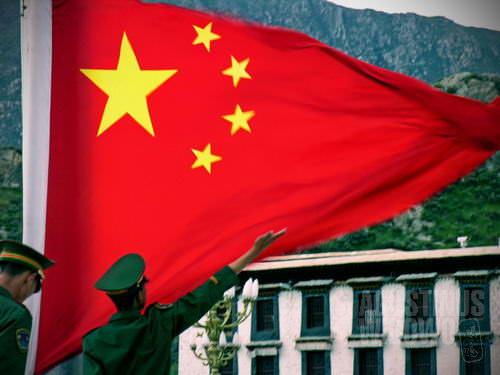 Pengibaran bendera Republik Rakyat China di depan Potala. (AGUSTINUS WIBOWO)