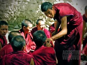 Para biksu berdebat sengit di Kuil Sera. (AGUSTINUS WIBOWO)