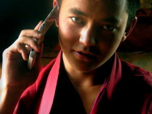 Biksu era handphone (AGUSTINUS WIBOWO)