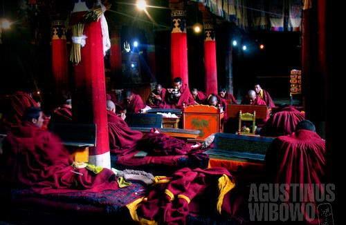 Para biksu menikmati makan siang di ruang sembahyang.(AGUSTINUS WIBOWO)
