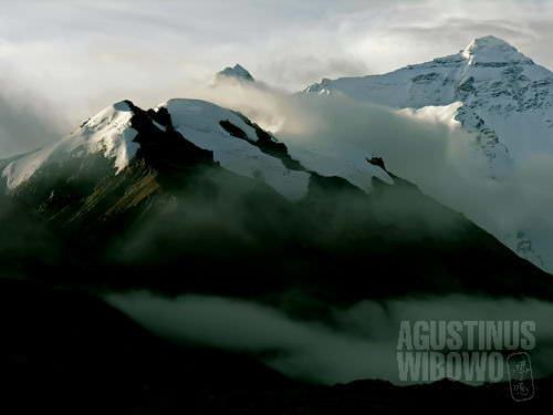 Puncak Everest dibalut awan.(AGUSTINUS WIBOWO)