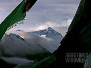 Panji-panji doa berkibar di Everest Base Camp. (AGUSTINUS WIBOWO)