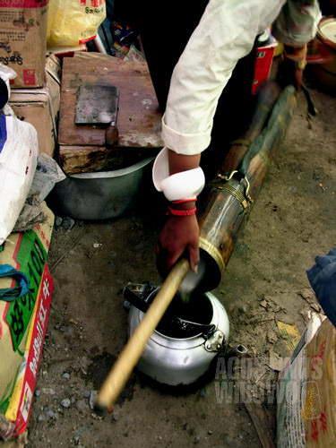 Menyiapkan teh susu mentega. (AGUSTINUS WIBOWO)